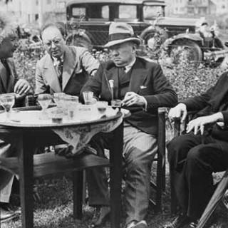 Альберт Эйнштейн, Марсель Авраам, Анатоль Де Монзи и Джеймс Энсор в саду ресторана Au Coeur   Остенде, 1933 год.