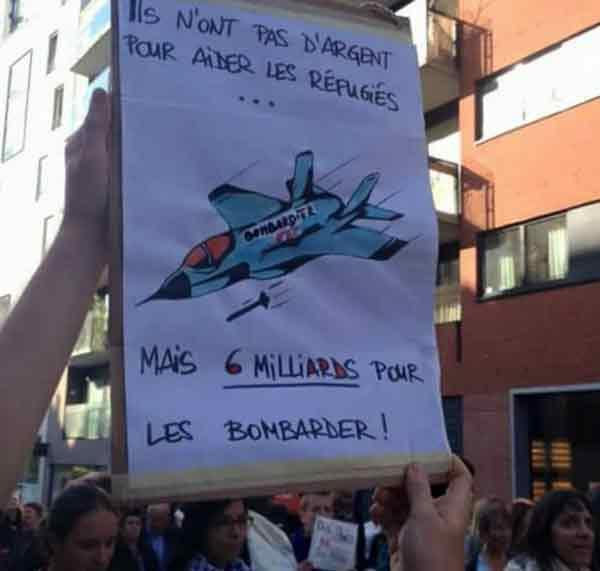 Надпись на транспаранте: У них нет денег на беженцев… но (есть) 6 млрд для бомбардировок.