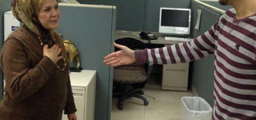 На фото: мусульманка демонстрирует альтернативный способ приветствия не пожимая руки постороннего мужчины