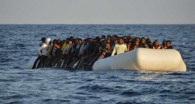 """Тонущие беженцы звонили в береговую охрану: """"Вы рядом с Мальтой, звоните им""""."""
