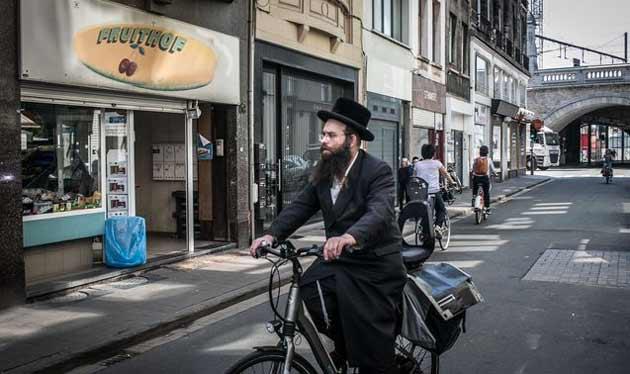 Нет рекламе нижнего белья в еврейском квартале Антверпена