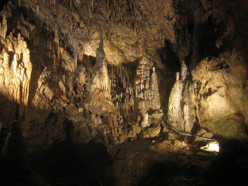800px-Grotten_van_Han_-_grot_1