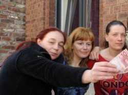 На снимке: радостные жители получили по тридцать евро.