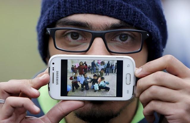 Басас из Сирии, со своими детьми из школы, где он работал добровольцем