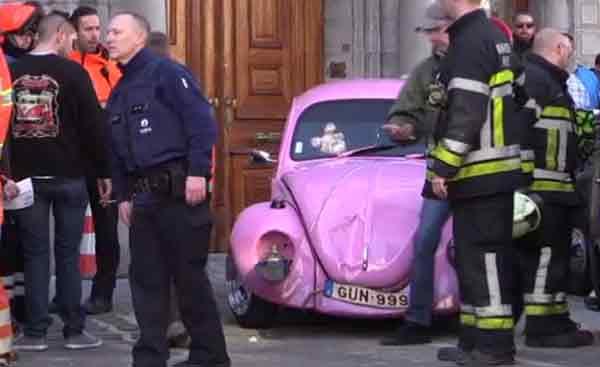розовый Фольксваген фургончик не справился с управлением и врезался в группу зрителей