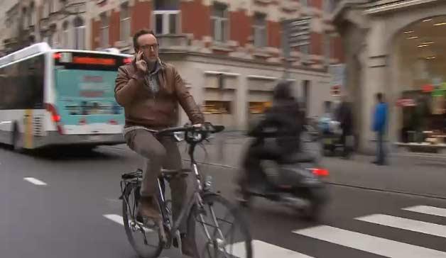 1 из пяти велосипедистов общается по телефону во время езды