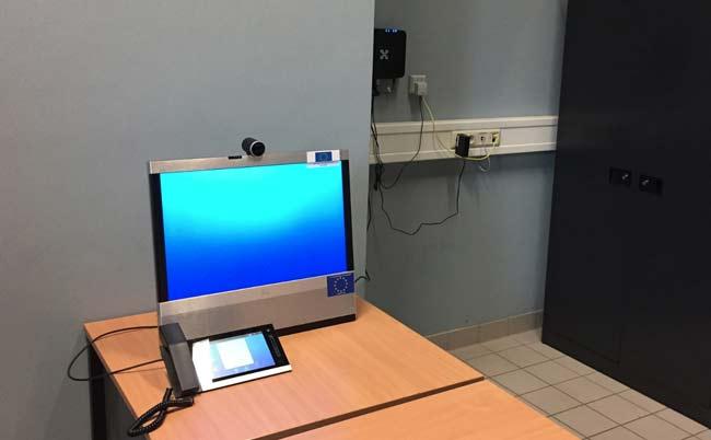 На фото: комната для видеоконференции в центре временного содержания нелегальных иммигрантов в Merksplas.