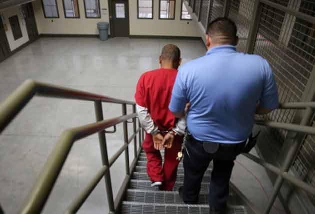 За один год 112 опасных преступников лишились вида на жительство