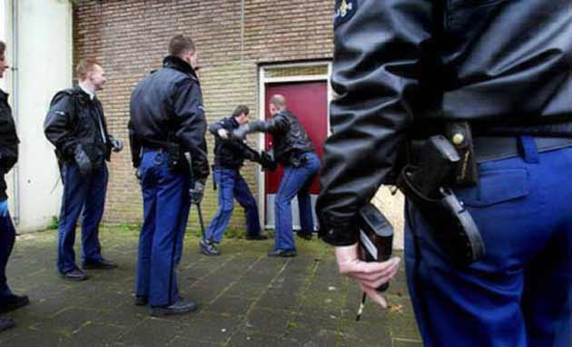 politie_deur_instappen