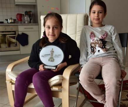 На фото: Карина (слева) cо своей сестрой