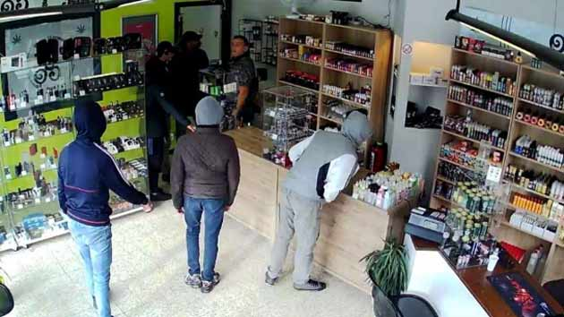 Владелец магазина помог арестовать грабителей, попросив их зайти чуть позже