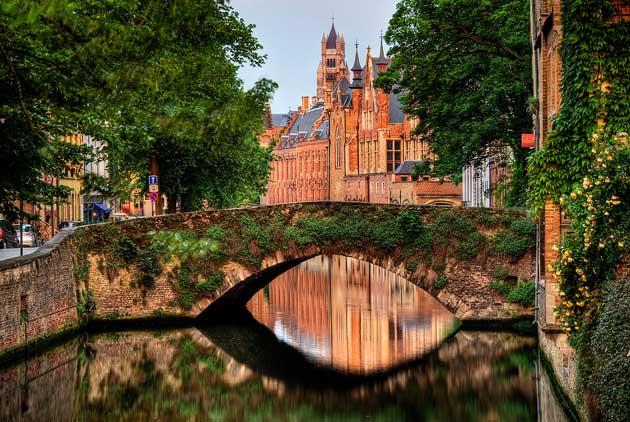 Брюгге (/ bruːʒ /; Dutch: Brugge [brʏɣə]; французский: Брюгге [bʁyːʒ]; немецкий: Брюгге) является столицей и крупнейшим городом провинции Западная Фландрия во фламандском регионе Бельгии на северо-западе страны.