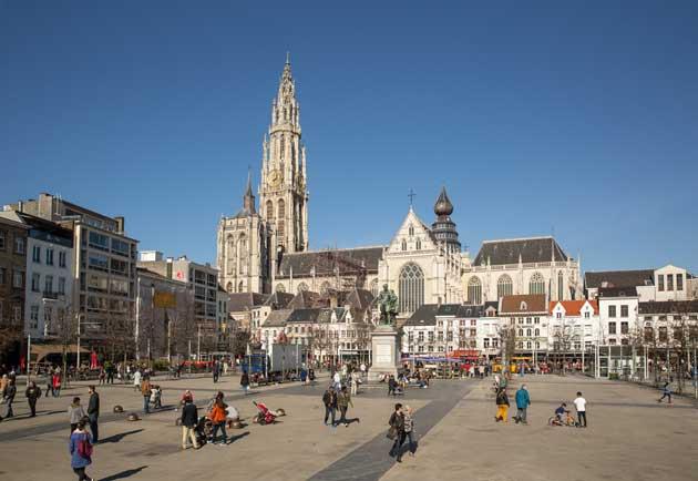 Свое название площадь получила от названия кладбища, которое когда-то было на ее месте. Площадь просторна, по ее краям можно увидеть много кафе и ресторанчиков. В центре площади - памятник Рубенсу.