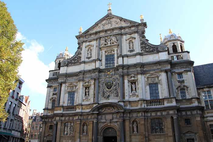 Церковь Святого Чарльза Борромео (голландский: Sint-Carolus Borromeuskerk) - это церковь в центре Антверпена, расположенная на площади Хендрик Собор.