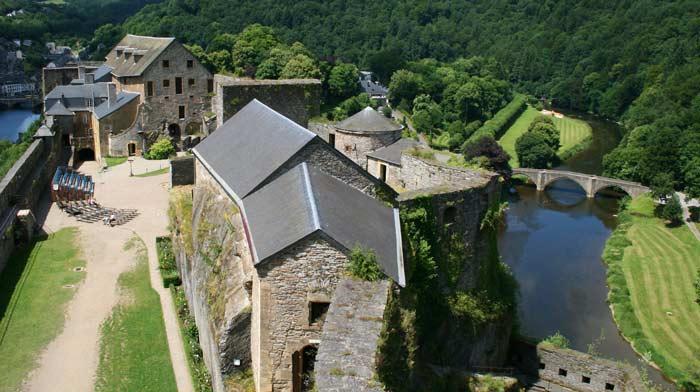 Бульонский замок (фр. Château de Bouillon, нем. Burg Bouillon) — средневековый замок в Арденнах, построенный над бельгийским городом Буйон (Бульон), на реке Семуа.