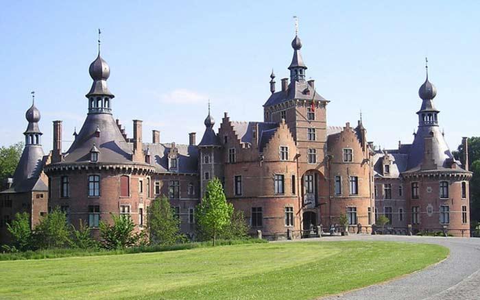 Замок Ван-Ойдонк расположен в окрестностях города Дейнзе, неподалеку от Гента.