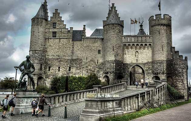 Этот замок – все, что осталось от крепостных стен и башен средневекового Антверпена, возведенных еще в XIII-ом веке на берегу реки Шельды. Сейчас это музей мореплавания, а когда-то это была городская стена. У входа в замок установлена Длинному Вапперу – сказочному великану. К сожалению, во время моего посещения Антверпена замок находился на реконструкции.