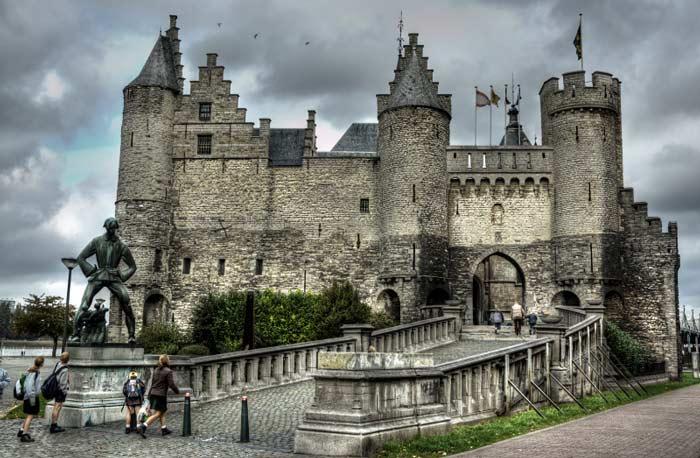 Это здание превращается в туристический центр приема для города Антверпен.