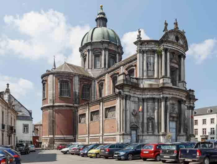 В 18 веке архитектор из Италии Пизони выстроил в Намюре кафедральный собор Saint-Aubain.