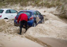 """""""Одетт"""" шторм в Бельгии. Затопленные дороги, трамваи и автомобили засыпаны песком"""