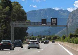 Это означает новый дорожный знак с белым ромбом во Франции.