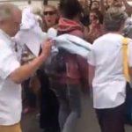 Медицинские работники Франции символически бросают белые халаты на пол