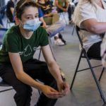 Молодежь Антверпена получает вакцину в школе или по месту жительства