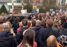 Тысячи протестующих против введения Covid Safe Ticket в Брюсселе